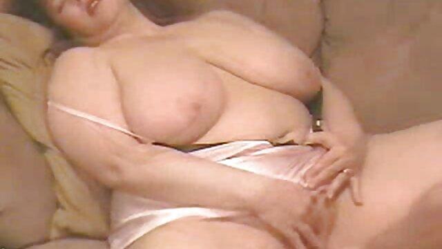 Un étudiant ringard se masturbe porno fait maison sur le canapé partie 6