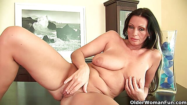 Big Butt Phat Ass Babe Nina Kayy fait maison porn gags sur une bite dure en POV!