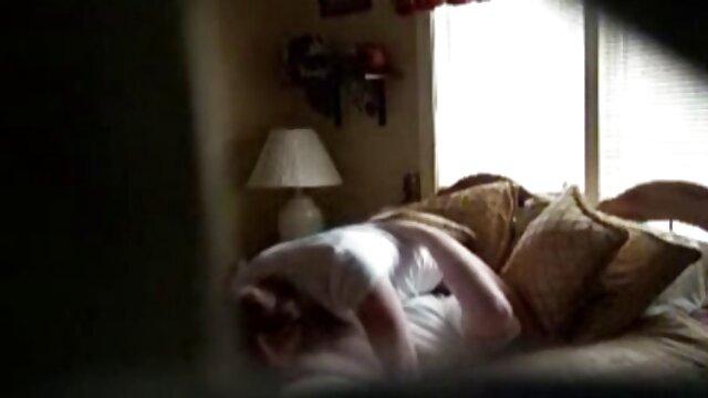 Mère et fille Desi Foxx et Elli Foxx se font video de sexe maison baiser